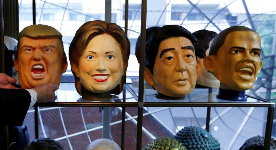Gummimasker af USAs kommende præsident Donald Trump Hillary Clinton, Japans premierminister Shinzo Abe og USAs nuværende præsident Barack Obama
