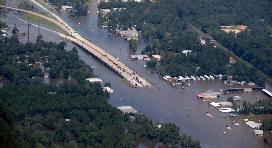 Forurenede vandmasser udgør en stor sundhedsfare, efter at Harvey har fået kloakker til at løbe over.