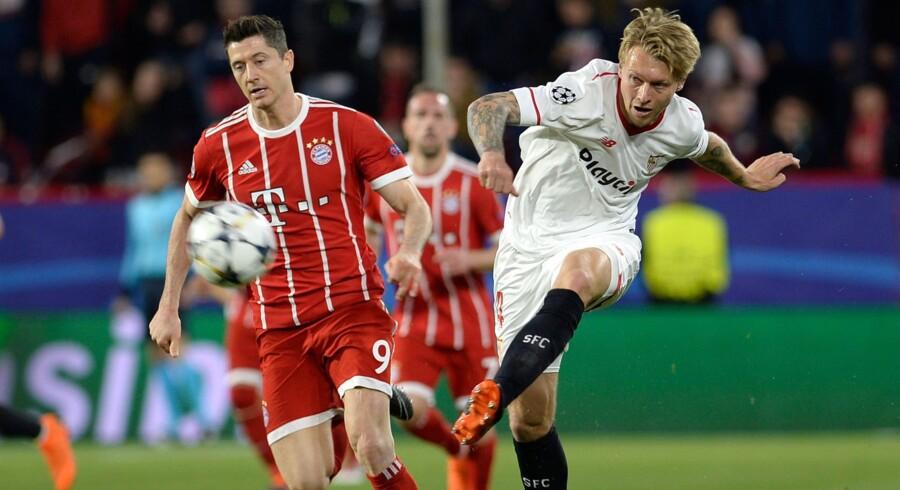 Simon Kjær i en nærkamp mod Bayern Münchens Robert Lewandowski i Champions League i sidste uge. Danskeren er ikke med i returkampen i denne uge på grund af en muskelskade. Scanpix/Cristina Quicler
