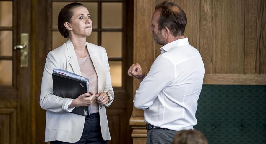 For S-leder, Mette Frederiksen, er det svært at finde en grimasse, der kan passe efter de Radikales angreb mod S under afslutningsdebatten. Her er S-lederen i samtale med den radikale Martin Lidegaard.