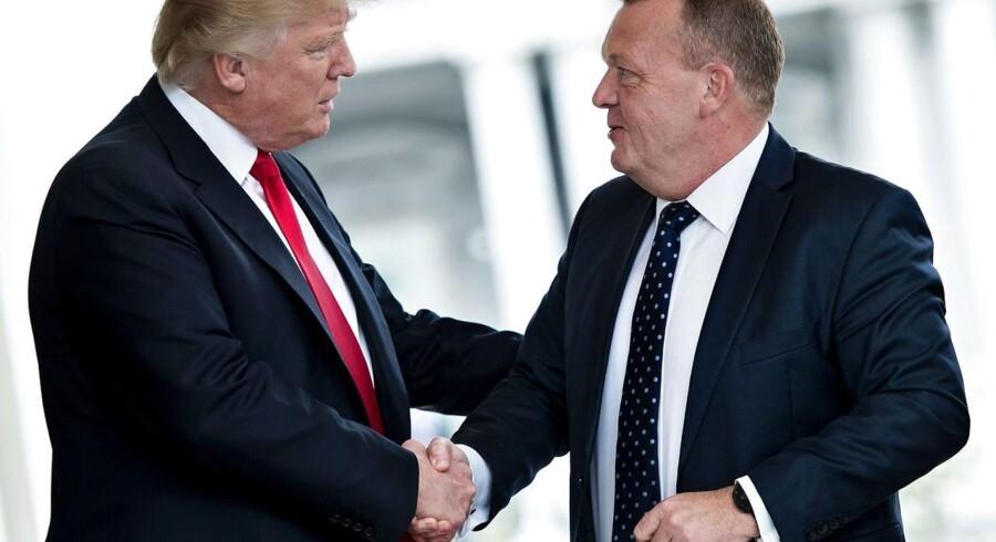 Præsident Donald Trump og statsminister Lars Løkke Rasmussen (V) trykker håndt foran Det Hvide Hus inden et møde.