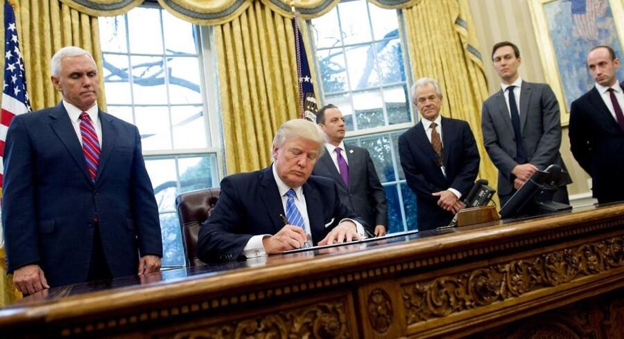 USAs præsident Donald Trump underskrev mandag en række dekreter. Blandt andet udtræder USA af TPP-handelsaftalen.
