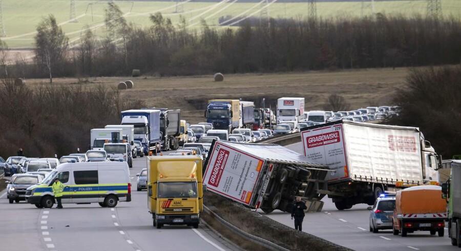 En voldsom storm udfordrer trafikken i Tyskland.