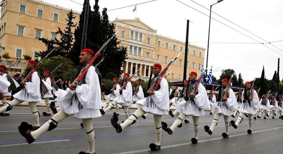 Den græske præsidents garde passerer parlamentsbygningen i Athen