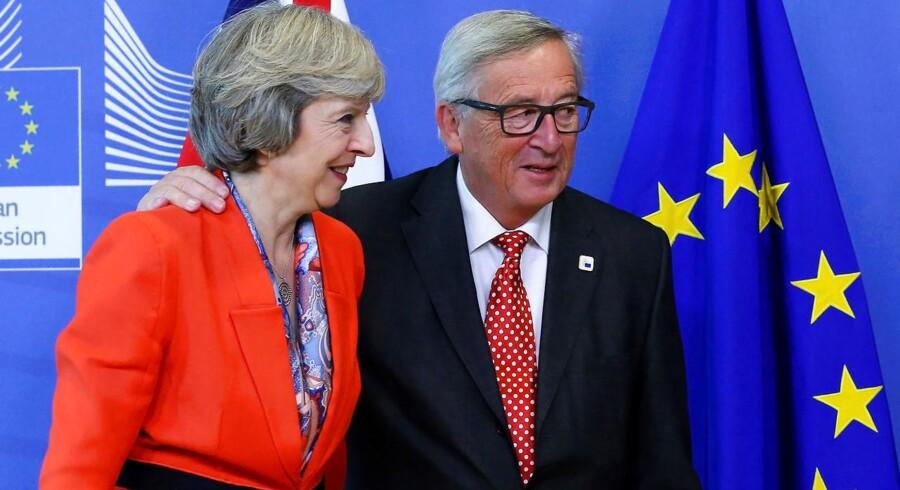 Den britiske premierminister, Theresa May (tv), mødtes med EU-Kommissionens formand, Jean-Claude Juncker (th), den 21. oktober. Efter torsdagens afgørelse fra den britiske High Court risikerer forhandlingerne om det britiske EU-exit at blive udskudt. REUTERS/Yves Herman/File Photo
