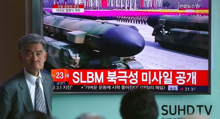 Folk ser en direkte TV-udsendelse fra militærparaden i Pyongyang, der markerer Kim Il-Sungs 105-års fødselsdag.