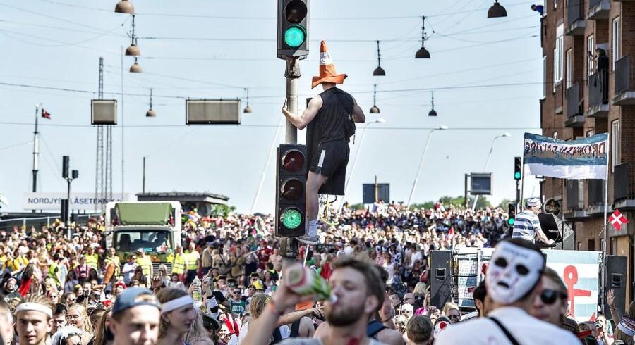 Aalborg Karnevals største optog, Stjerneparaden, startede lørdag formiddag d. 27. maj fra tre forskellige steder i byen. Ved Limfjordsbroen mødtes de 3 optog og gik samlet gennem Vesterbro mod Kildeparken hvor der var fest hele eftermiddagen og aftenen. Aalborg Karneval er blandt de ti største karneval i verden og er Nordeuropas største karneval. Her er optoget på vej gennem Vesterbro .(foto: Henning Bagger / Scanpix 2017)