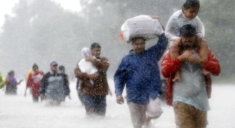Indbyggere i Houston vader gennem vandmasserne, som den tropiske orkan Harvey har overdynget byen med siden søndag.