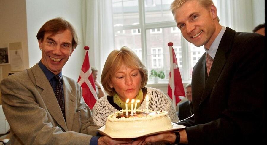 Mogens Camre, Pia Kjærsgaard og Kristian Thulesen Dahl fejrer Dansk Folkepartis 5 års fødselsdag fredag d. 6 oktober 2000 på Christiansborg. (Foto: BRIAN RASMUSSEN/SCANPIX NORDFOTO 2000)