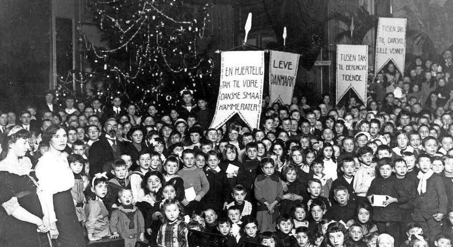 Julefest arrangeret for belgiske flygtningebørn i Holland. En stor dansk donation muliggjorde julefesten, hvor der blandt andet blev læst højt for børnene, der også fik en julegave.