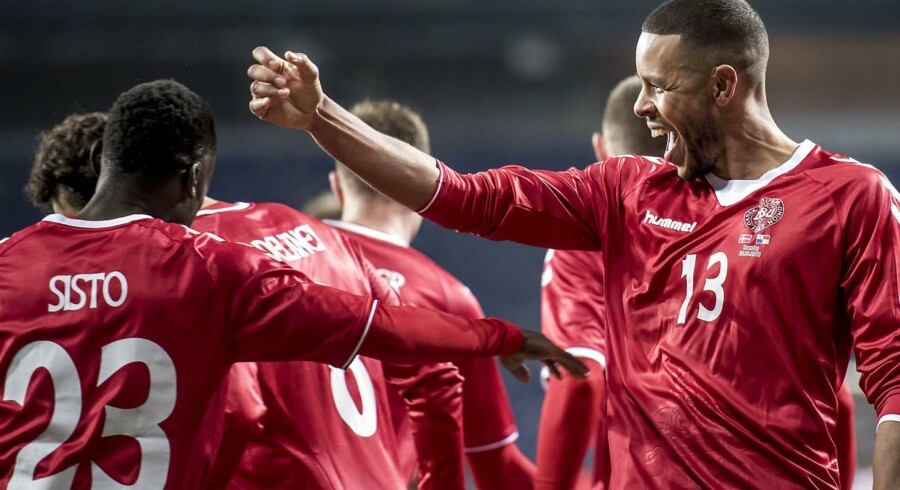 Danmark vandt i aftes 1-0 over Panama. Det blev i omklædningen markeret med et »Hvem var det, der vandt i dag? Det var dem fra Danmark af. Hey, hey, hey«, afsluttet af »Store patter«.