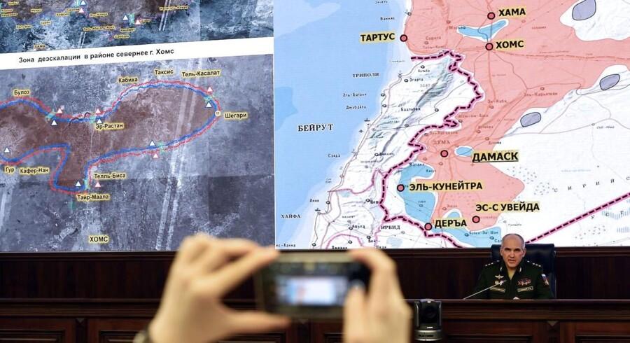 Den russiske kommandant Sergej Rudskoj taler ved en pressekonference i Moskva om de/eskaleringszonerne i Syrien.. / AFP PHOTO / Vasily MAXIMOV