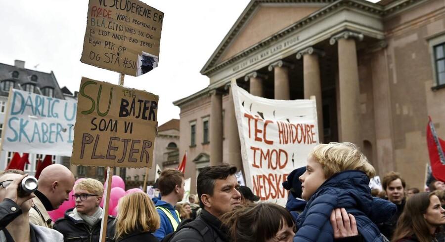 Uddannelsesalliancen arrangerer i dag demonstrationer mod nedskæringer i uddannelse. Det er regeringen, der har foreslået nedskæringerne, som hvert år skal være på to procent på uddannelse frem til 2021. Uddannelsesalliancen demonstrerer i dag på Nytorv i København.