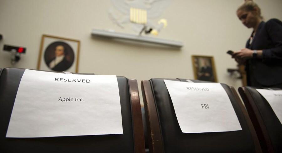 Mens slagsmålet kører i retten mellem Apple og FBI, har den juridiske komité i Repræsentanternes Hus indkaldt de to parter til at fortælle om deres synspunkter. Her ses de reserverede stole til FBIs direktør og Apples juridiske direktør. Arkivfoto: Shawn Thew, EPA/Scanpix