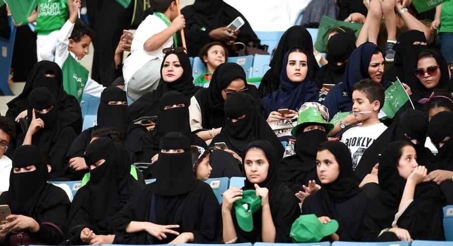 I september 2017 fik saudiske kvinder lov til at sidde blandt publikum på stadion i Riyadh i forbindelse med fejring af nationaldagen. Men fra 2018 har saudiske kvinder permanent tilladelse til at møde op på stadion i tre af landets større byer / AFP PHOTO / Fayez Nureldine