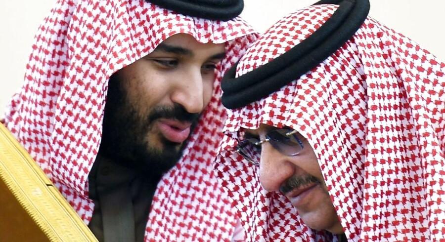 Saudi-Arabien kritiseres forat være den største sponsor af ekstremisme i Storbritannien. Her er det to af magthaverne i det royale regime - Mohamed bin Salman (tv) og Mohammed Bin Nayef - der er i tæt samtale under et arabisk topmøde i Riyadh i 2015. / AFP PHOTO / FAYEZ NURELDINE