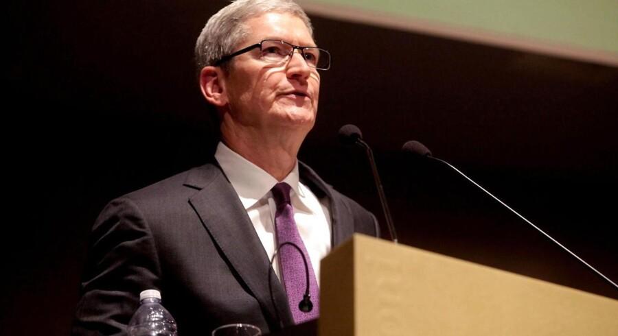 Apples topchef, Tim Cook, advarede så sent som i sidste uge mod overhovedet at tænke tanken om, at nogen skulle have bagdøre ind til krypteret kommunikation, som netop skal beskytte folk mod overvågning - både fra efterretningstjenester og fra hackere. Arkivfoto: Mourad Balti Touati, EPA/Scanpix