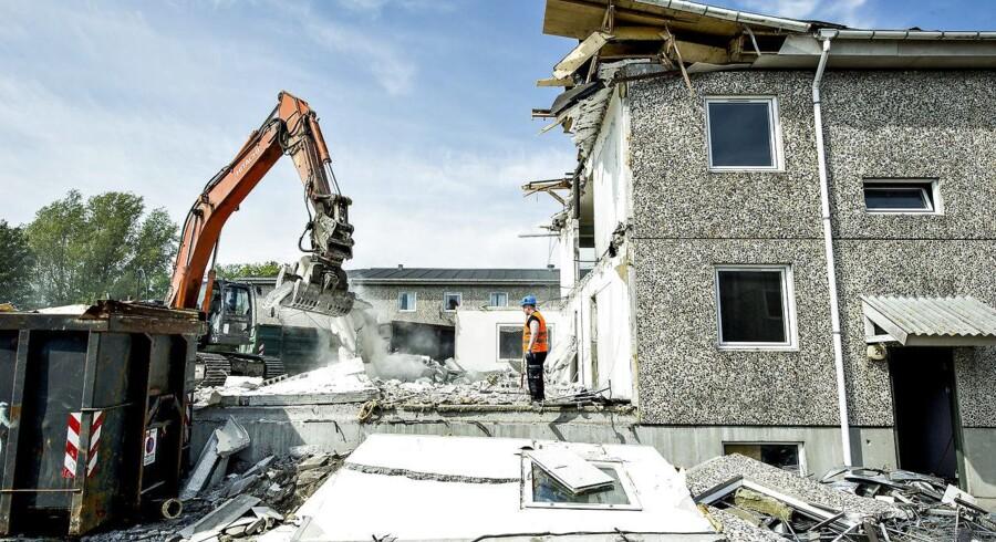 Salg af byggegrunde er momspligtigt, hvorimod salg af grunde med eksisterende bygninger er momsfritaget. Det er SKATs opfattelse, at grunde med eksisterende bygninger, som skal rives ned, momsmæssigt skal behandles som momspligtige byggegrunde. En ny afgørelse fra Skatterådet føjer endnu en facet til problemstillingen. (Foto: Henning Bagger/Scanpix 2011)