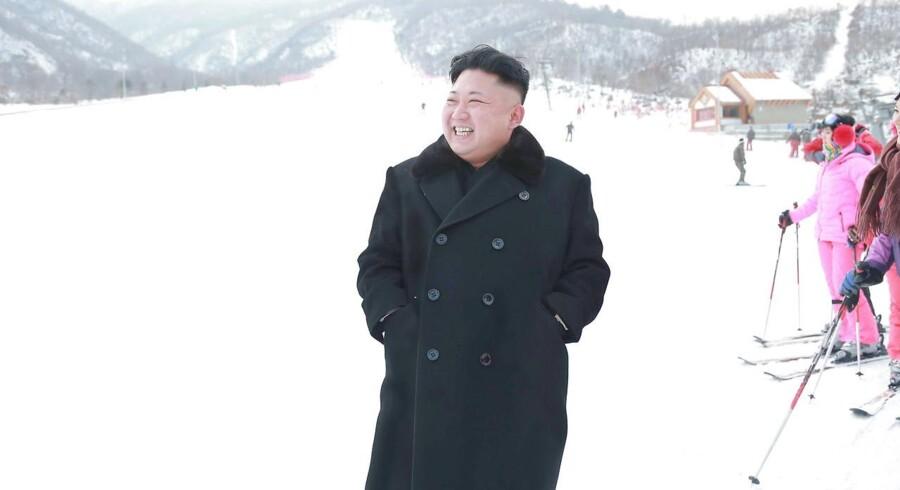 Russiske turister kan gennem et nordkoreansk rejsebureau i Moskva komme på skiferie i det ellers så lukkede land. Skal man tage den nordkoreanske leder Kim Jong-Uns smil for gode varer, så ser det da også vældig rart ud på landets løjper.