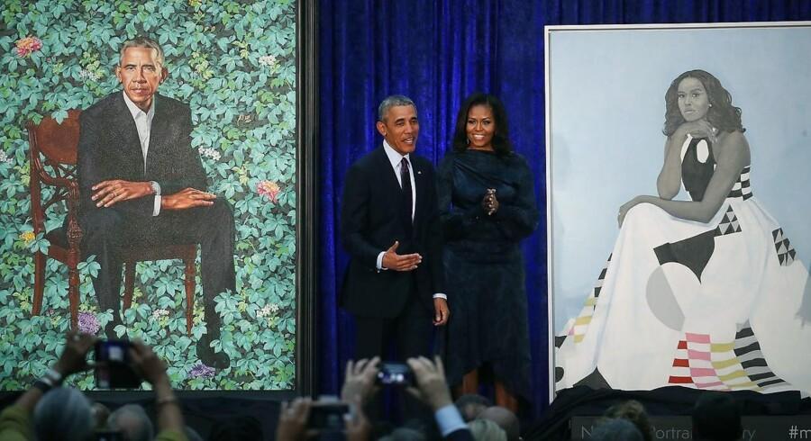 Barack og Michelle Obama ved præsentationen af deres officielle potrætter på National Portraits Gallery i Washington malet af de afro-amerikanske kunstnere Kehinde Wiley og Amy Sherald.