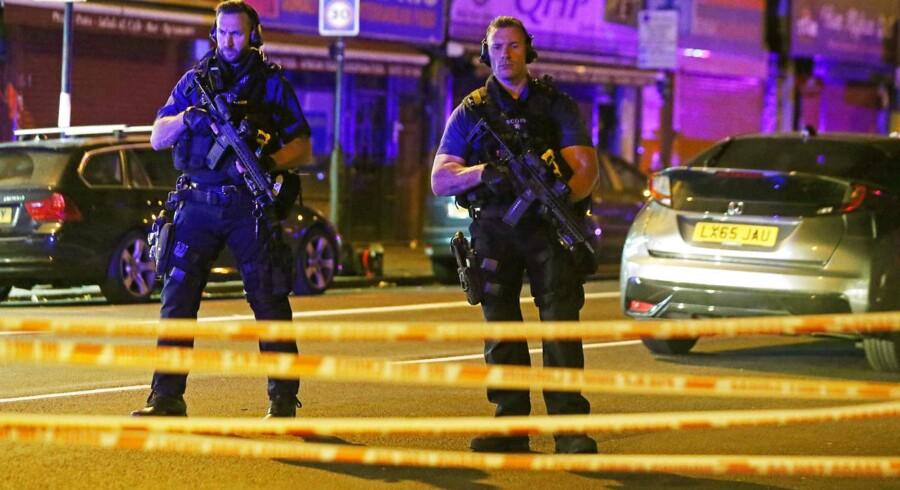 Et stort antal politibiler og ambulancer blev kort efter midnat tilkaldt Seven Sisters Road i London, hvor en varebil var kørt ind i en menneskemængde tæt på en moské.