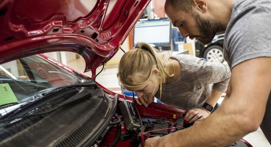 Besparelser på uddannelsesområdet har ramt erhvervsskolen TEC på Frederiksberg hårdt. Det gør »rigtig ondt nu«, siger direktør Lone Hansen, og på regeringens finanslovforslag for 2018 fortsætter besparelserne. Her arbejder mekanikerelever på biler i mekanikeruddannelsens hal, der ligger i Hvidovre.