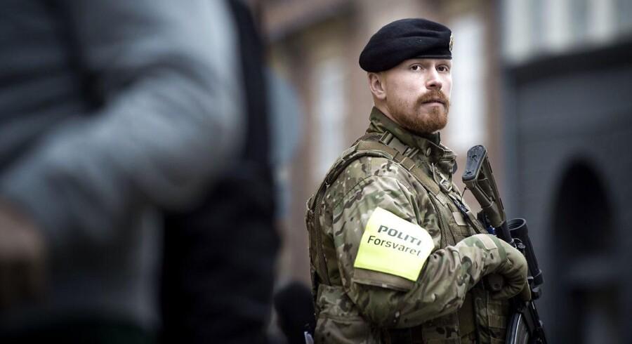 Soldater bevogter den jødiske synagoge i Krystalgade i København.