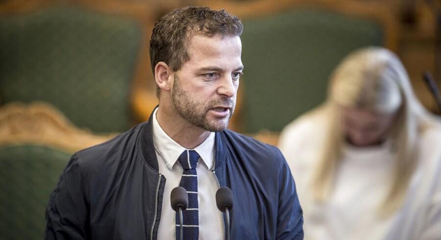 »Min erfaring efter at have været ude i de udsatte boligområder, talt med forældrene og besøgt institutionerne er, at der er et stærkt ønske om, at alle børn får et godt dansk fra første færd,« siger politisk leder Morten Østergaard (R).
