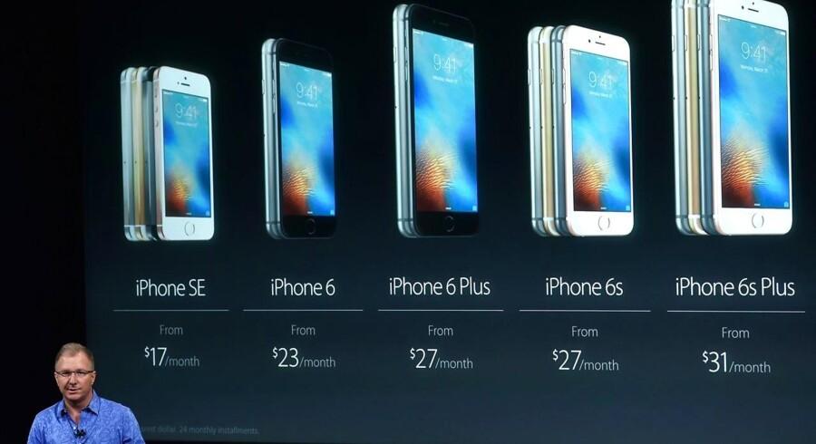 Apples nye iPhone SE, som er på størrelse med iPhone 5, kom i handelen 31. marts og koster fra 3.700 kroner, altså en del under topmodellerne iPhone 6 og 6S. Her præsenteres iPhone SE af direktøren for produktmarkedsføring, Gregory Joswiak, tidligere i marts. Arkivfoto: Josh Edelson, AFP/Scanpix