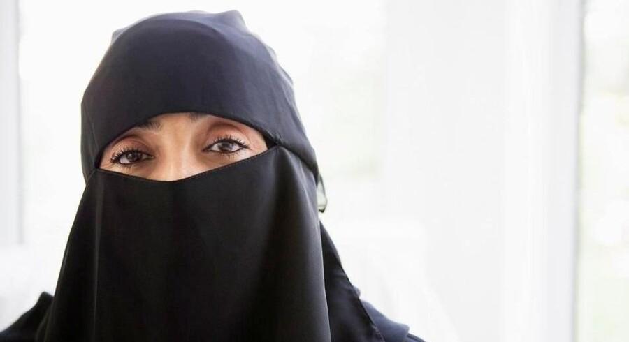 Niqab, der dækker ansigtet, må godt forbydes offentligt, mener Den Europæiske Menneskerettighedsdomstol. Nu støtter de Radikale et forbud, hvis undertrykte muslimske kvinder samtidig hjælpes. Free/Colourbox/arkiv