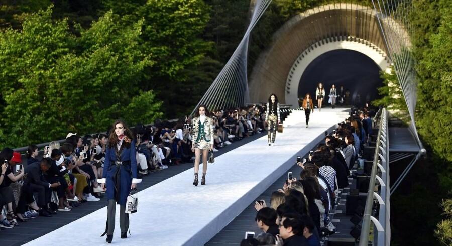 Modeller går catwalk for Louis Vuitton ved Miho museet i Japan.