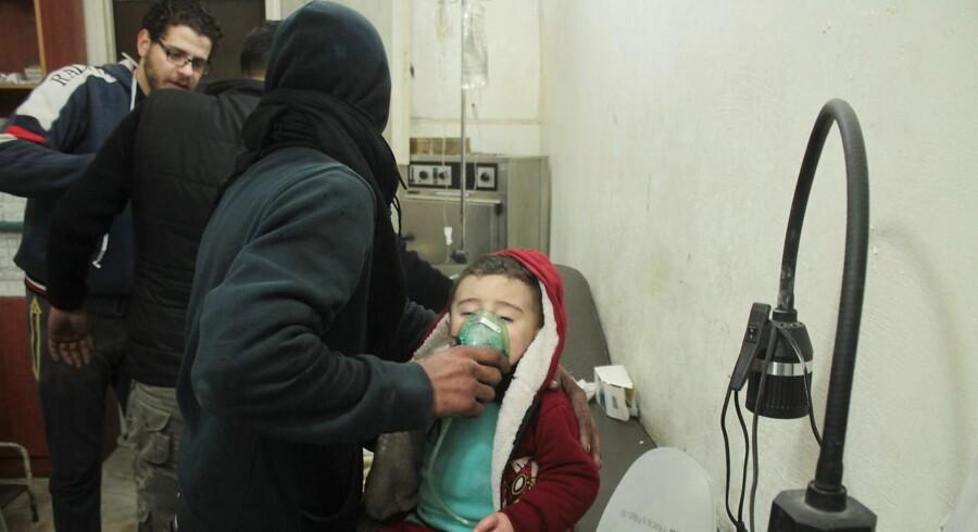 Et barn med symptomer på at være udsat for giftgas behandles på et felthospital i Aleppo d. 10. december 2016. EPA/GHIRH SY