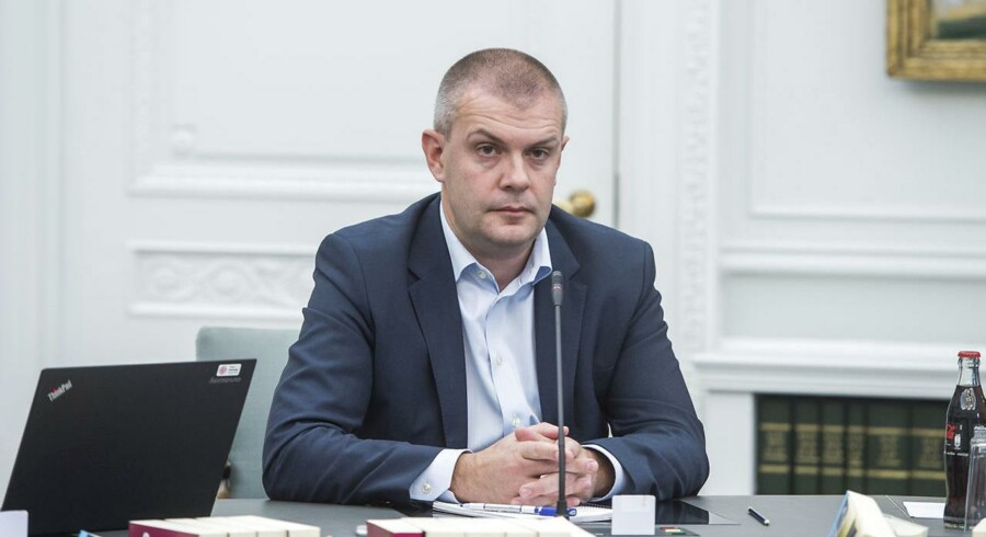 Finansminister Bjarne Corydon er ifølge Socialdemokratiet blevet »pure frikendt« i Rigsrevisionens beretningen om salget af DONG-aktier. Men beretningen mangler svar på en række centrale spørgsmål.