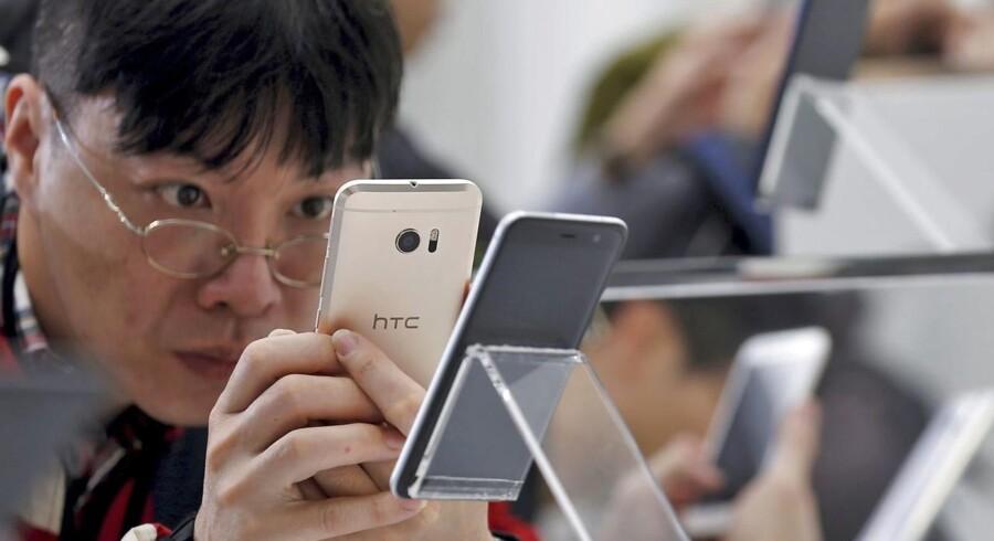 HTC tyvstartede allerede i midten af januar med præsentationen af sin nye HTC U Ultra-smartphone. Nu kommer alle konkurrenterne med deres nye toptelefoner, når Mobile World Congress åbner i Barcelona 27. februar. Arkivfoto: Ritchie B. Tongo, EPA/Scanpix