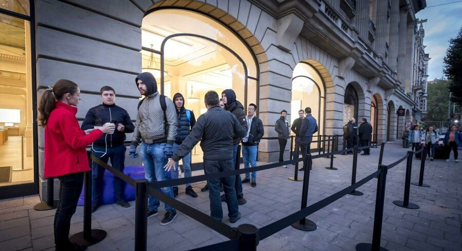 Kundekøen foran Apples butik i Amsterdam fredag morgen.