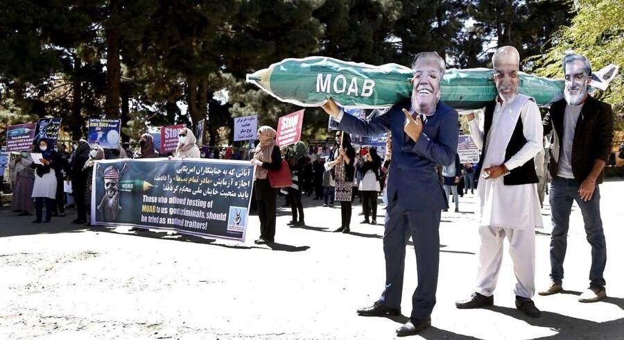 Efter det amerikanske angreb mod IS med »alle bombers moder« demonstrerede støtter af det afghanske Solidarietsparti mod den amerikanske regering i Kabul, 16. april.