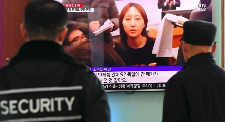 Sydkoreanere holder øje med tv-skærmen, mens Chung Yoo-ra dukker op på skærmen.