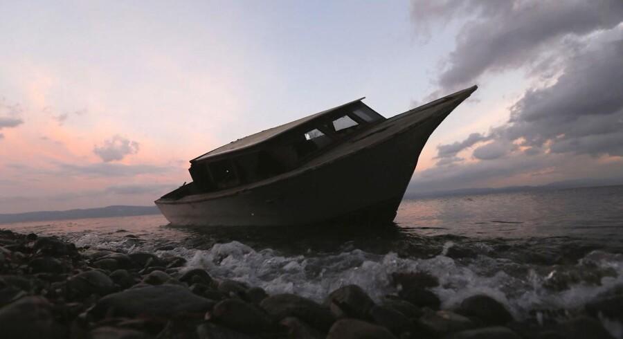 De 28 NATO-lande blev torsdag formiddag enige om, at NATOs militærkomité skal se på, hvordan alliancen kan bidrage i kampen mod menneskesmuglere i farvandet mellem Grækenland og Tyrkiet. Her er det en flygtningebåd, som er blevet forladt på en strand på Lesbos.