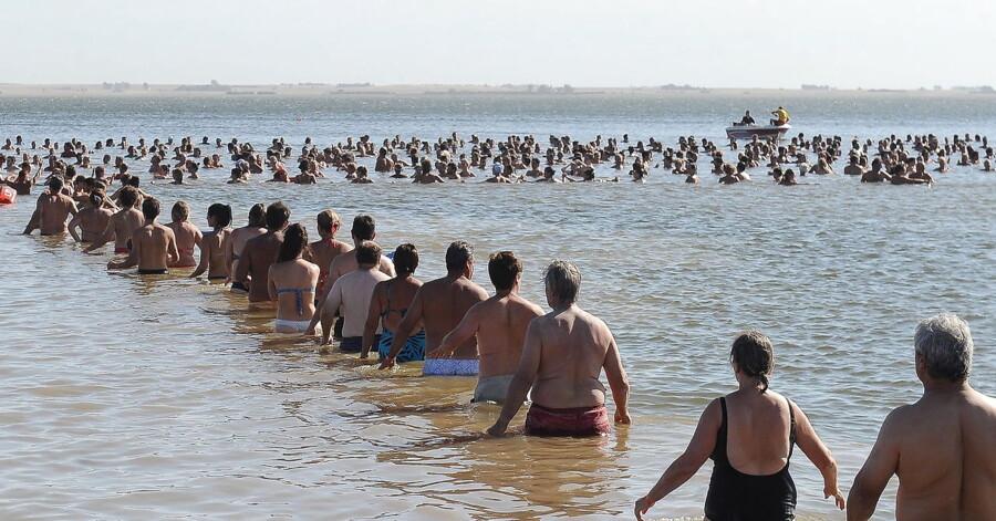 Op mod 2000 mennesker i Argentina har slået den bestående rekord i kategorien Længste Flydende Menneskekæde.