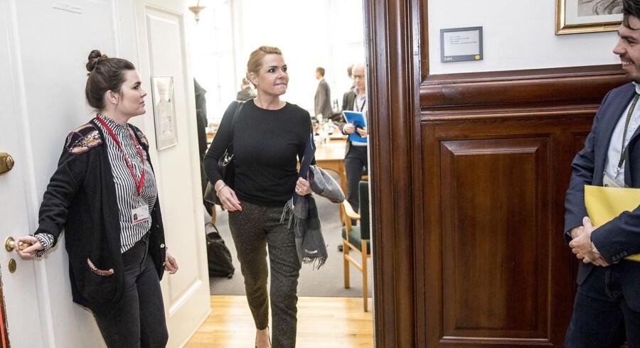 Udlændinge- og integrationsminister Inger Støjberg (V) efter et møde i Udlændinge- og Integrationsudvalget torsdag den 30. november, hvor hun skulle redegøre for sin og sit ministeriums rolle i sagen om Exitcirklen under et åbent samråd. Samrådet bød på hårde ordvekslinger, ikke mindst da Inger Støjberg kritiserede oppositionen for dårligt forarbejde og udokumenterede beskyldninger mod hendes person, og SFs Holger K. Nielsens beskyldte hende for at udvise en uklædelig arrogance og rulle med øjnene. (Foto: Nikolai Linares/Scanpix 2017)