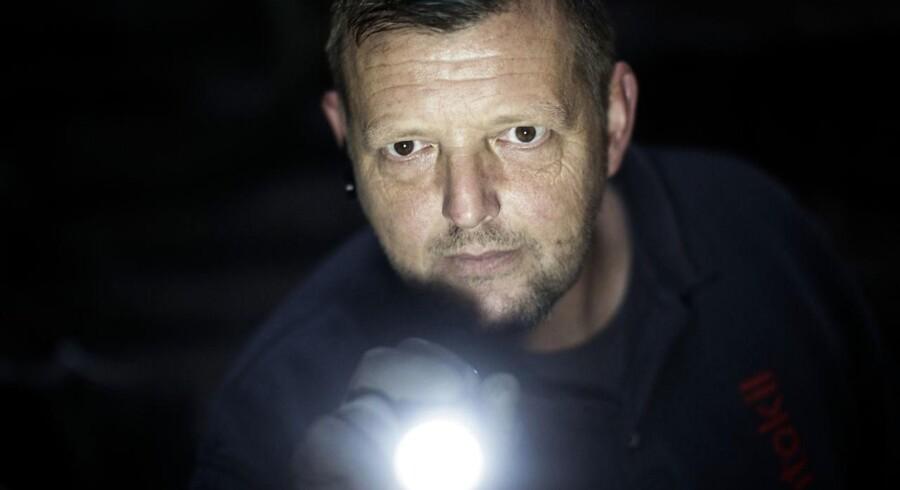 Rottebekæmper Michael Sørensen tjekker efter rottespor og efterser fælder på en landejendom i Hedensted Kommune.