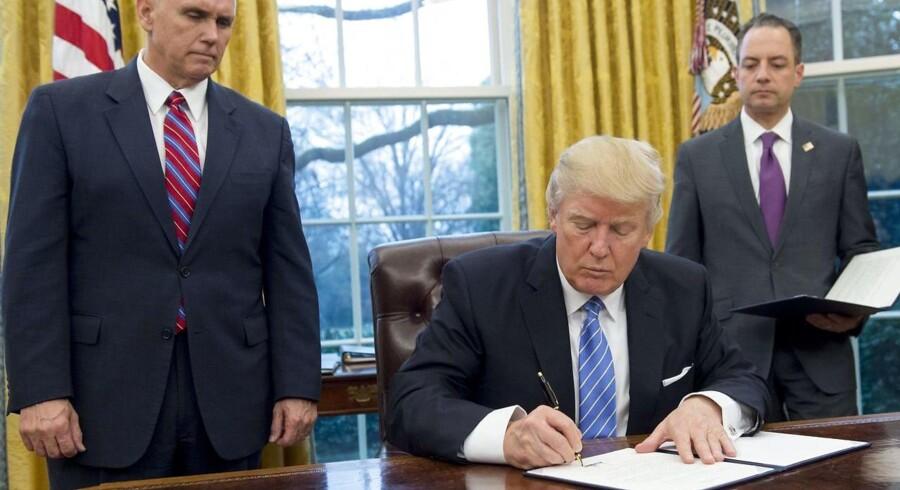 USAs præsident Donald Trump har med et dekret mandag trukket USA ud af Trans-Pacific Partnership-aftalen TPP, der ellers var en færdigforhandlet handelsaftale med en række lande omkring Stillehavet.