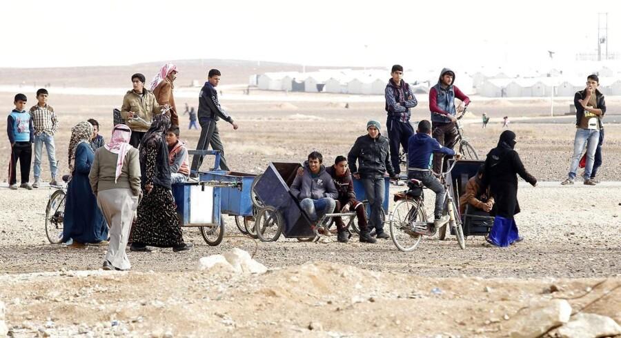 Adskillige flygtninge stillede sig søndag ifølge nyhedsbureauet AP i kø for at lade sig registrere som jobsøgende på centret i Azraq-lejren. De fleste job er i landbruget og på fabrikker.
