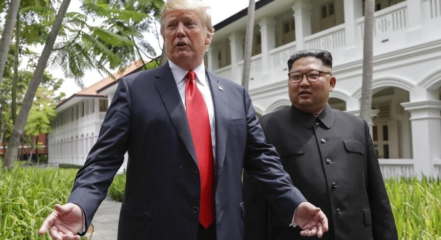 USAs præsident, Donald Trump, og Nordkoreas leder, Kim Jong-Un, spadserer på det luksuriøse Capella-hotel på Sentosa i Singapore efter deres »arbejdsfrokost«. Trump erklærede efterfølgende til den tilstedeværende presse, at det havde været et »virkeligt fantastisk møde«, hvor der var gjort »fantastiske fremskridt«.
