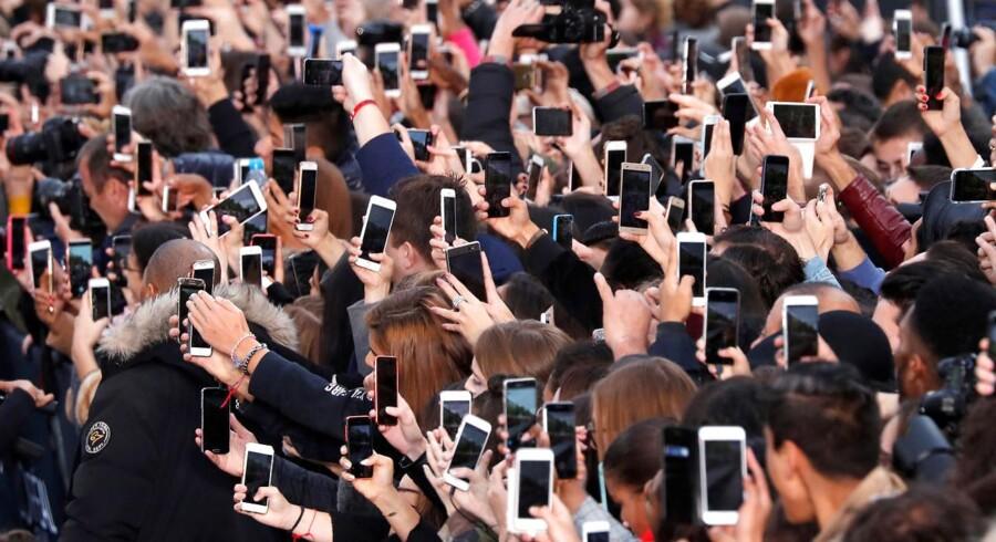 På dette billede er der et ocean af smartphones. Men næppe nogen mennesker over 50.