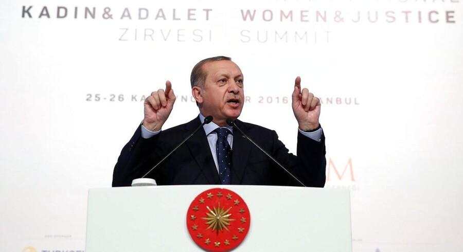 Tyrkiets præsident, Recep Tayyip Erdogan, har fredag igen truet med at åbne for grænserne og lade de flere end tre millioner flygtninge i Tyrkiet strømme mod EU. Det sker, efter at Europa-Parlamentet torsdag opfordrede EU-landene til at droppe optagelsesforhandlingerne med Tyrkiet.