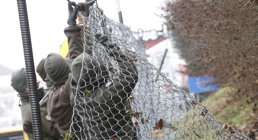 ARKIVFOTO: Den østrigske hær sætter et hegn op ved den slovenske grænse.