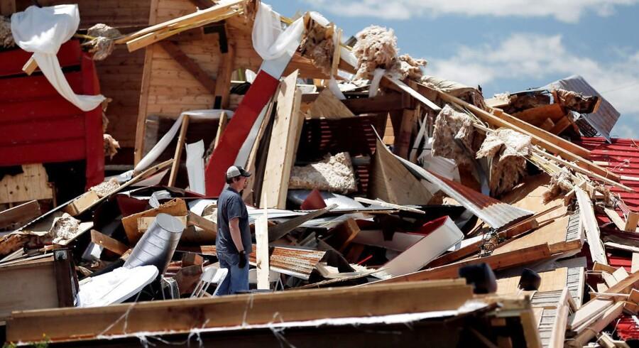 Voldsomt uvejr har raseret dele af USA og dræbt mindst 14 personer. Det ventes at fortsætte mandag.