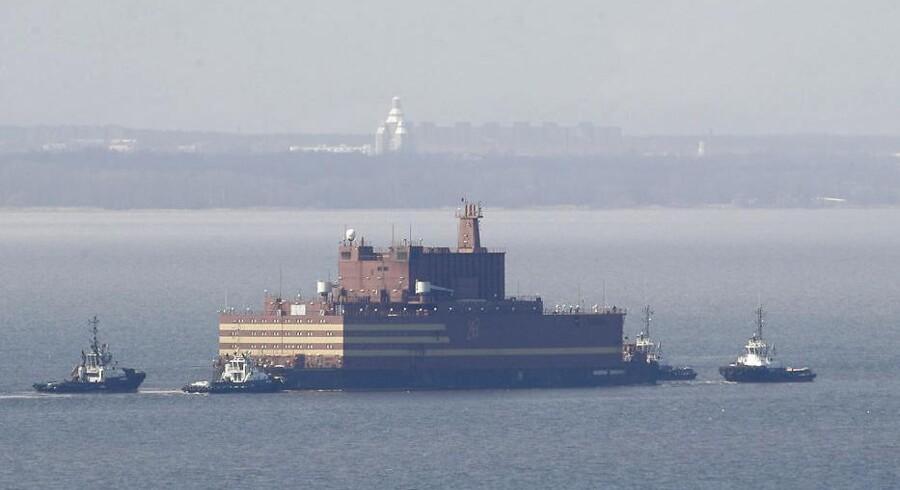 Sådan så det ud, da det flydende russiske atomkraftværk »Akademik Lomonosov« i lørdags blev bugseret ud af havnen i Sankt Petersborg.