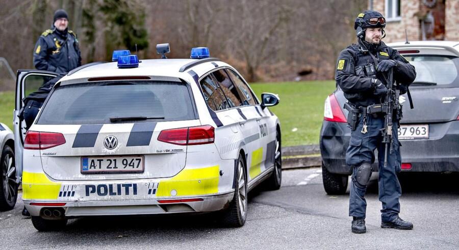 Politiet iværksatte en kæmpe menneskejagt søndag, efter en øksemand umotiveret overfaldt et 19-årigt par på en Circle K-station i Birkerød.